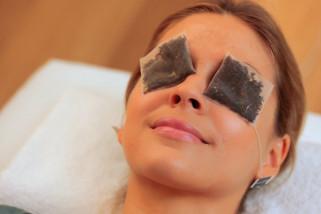 Ini cara mengatasi kantung mata dengan kantung teh