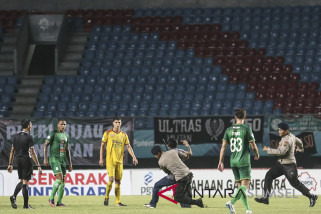 Suporter Masuki Lapangan Pertandingan