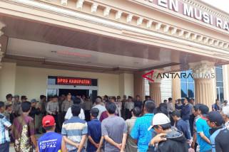 Warga dua kecamatan demo kantor DPRD