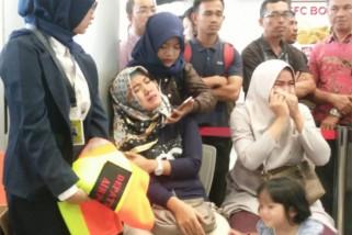 Keluarga DPRD Bangka Belitung menunggu hasil pencarian pesawat jatuh