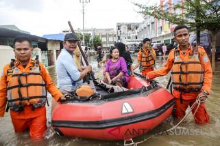 Basarnas evakuasi warga terjebak banjir
