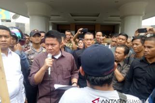 Massa tuntut pesangon PHK, gubernur panggil perusahaan