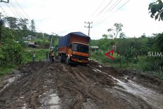 Akses jalan rusak di Baturaja ditutup total