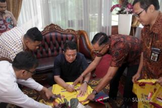 Jersey Sriwijaya FC bertandatangan Gubernur Sumsel dilelang