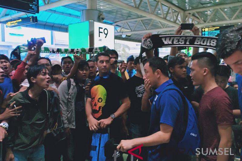 Suporter Sriwijaya FC Menyemangati Pemain